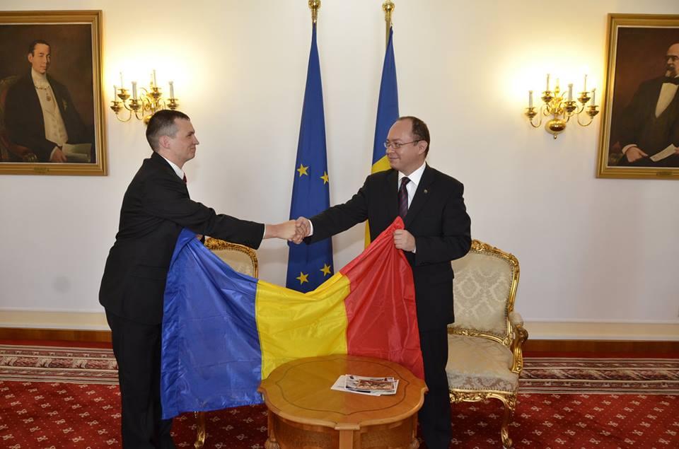 Alpinistul Tiberiu Pintilie i-a înmânat ministrului Bogdan Aurescu Drapelul României pe care l-a arborat luna trecută pe cel mai înalt vârf muntos din America de Nord, Mt. McKinley( 6,194 m),